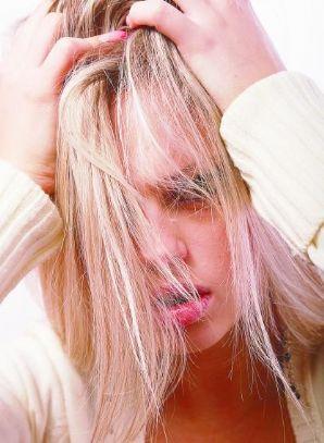 20110121121225-mujer-con-el-pelo-en-la-cara-rubia.jpg